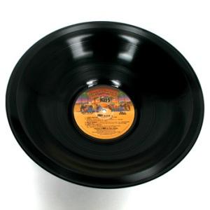 Un exemple de récup' : un vinyle transformé en saladier.